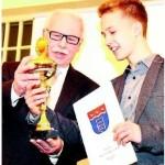 Sportler der Jahres: Hans Milberg, Stadtsportverbandsvorsitzender, übergibt den Pokal an den 16-jährigen Phillip Hus. Foto: Egon Bieber, NW